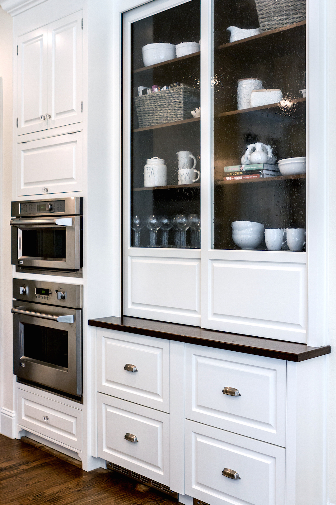 Decor inspiration a go to kitchen the simply luxurious for Decorating cabinets with glass doors
